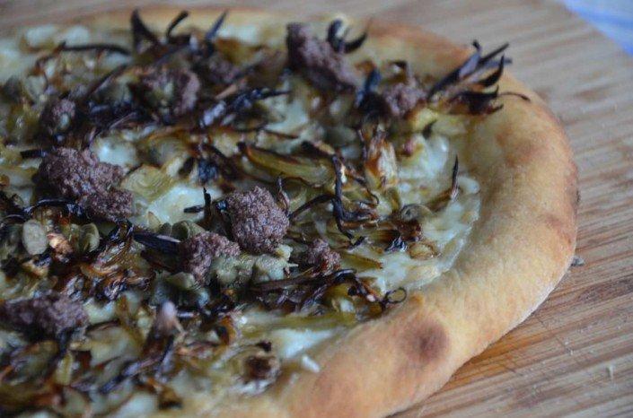 Pizza de alcachofas alcaparras y aceitunas