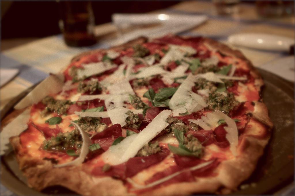 Pizza de cecina con paté de aceitunas