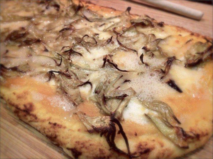 pizza de alcachofas y yema de huevo