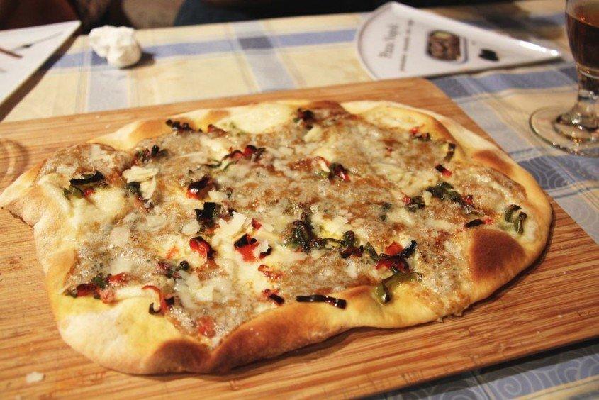 pizza de queso de valdeón con pimientos