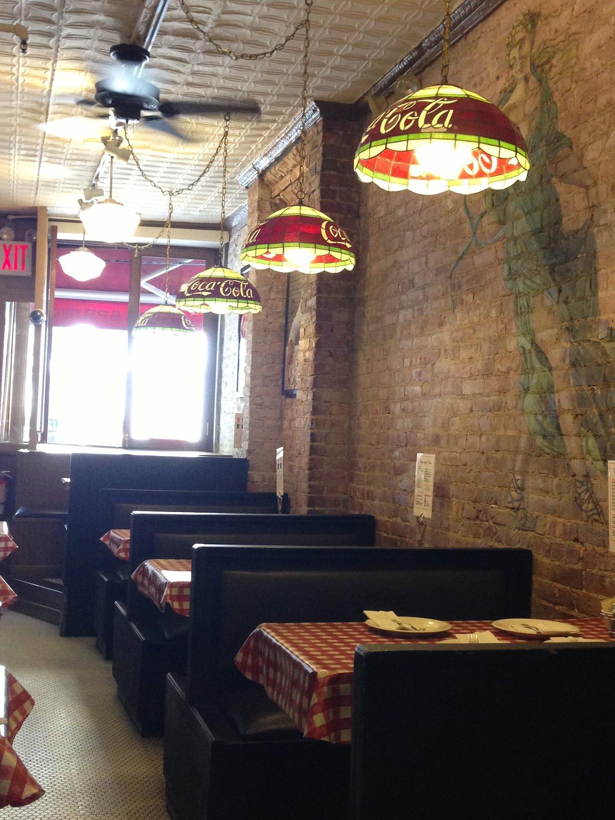 Interior pizzería Lombardi's