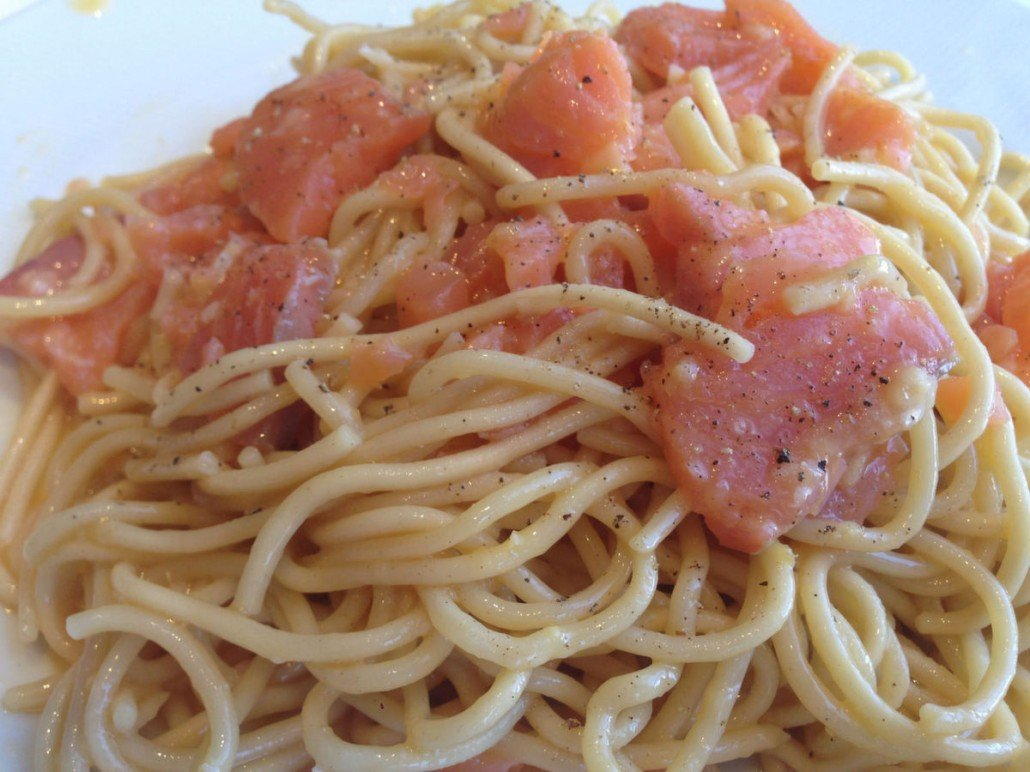 Pasta carbonara con salmón