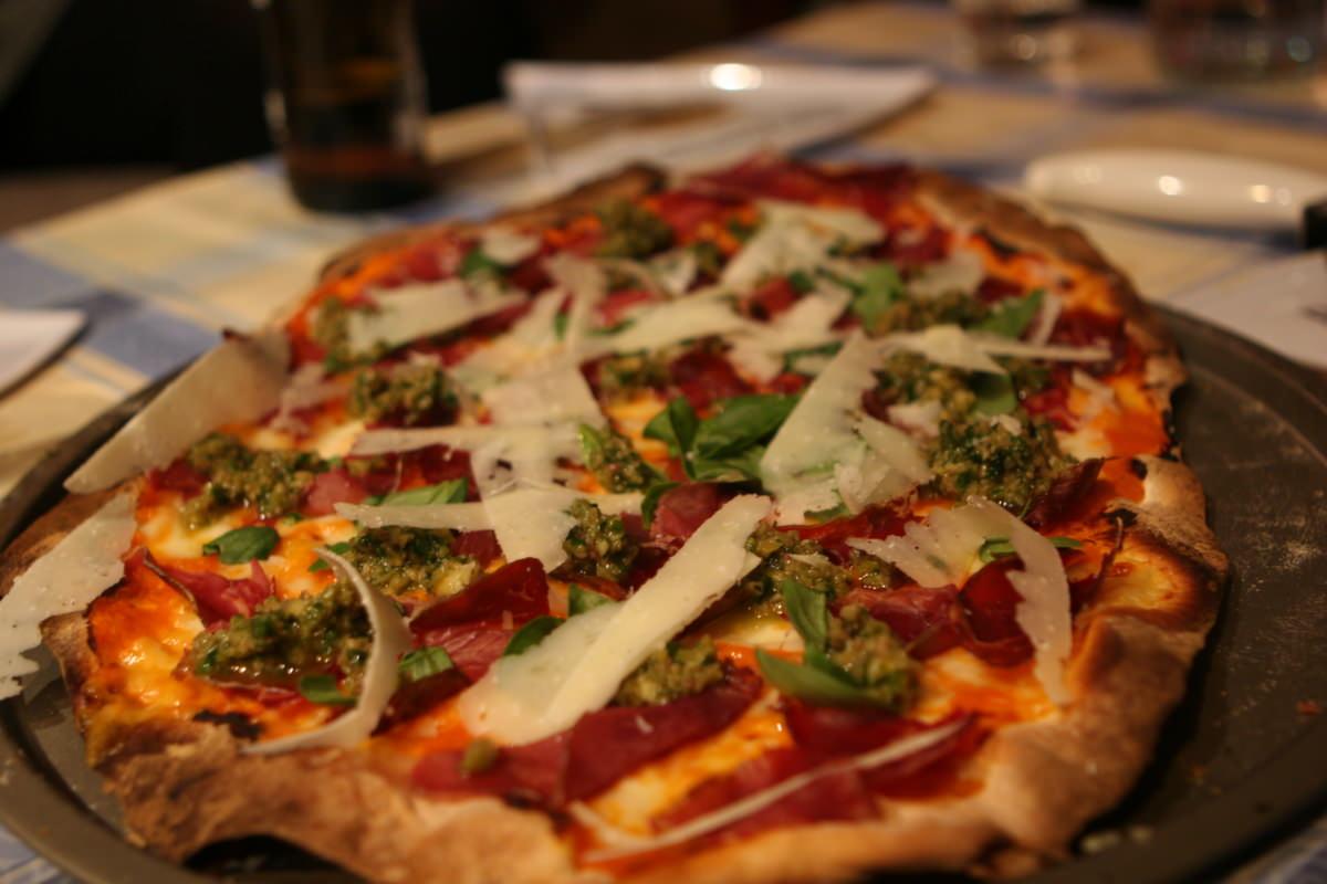 Pizza de cecina con paté de aceitunas negras