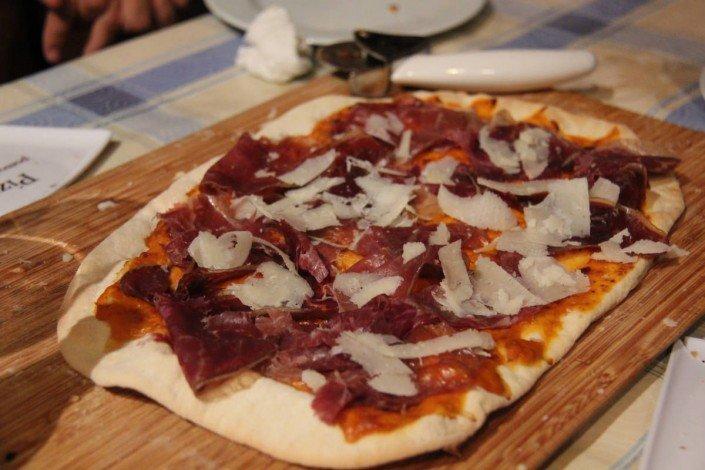 Pizza de cecina con mozzarella de pimentón
