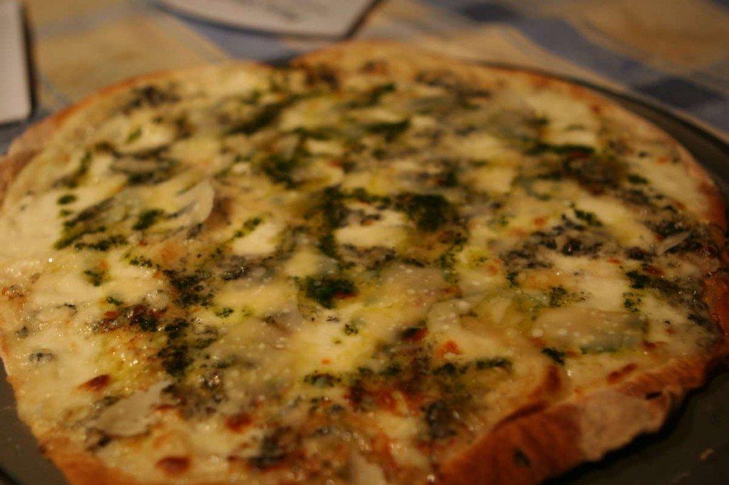 Pizza de queso de Valdeón con salsa de albahaca