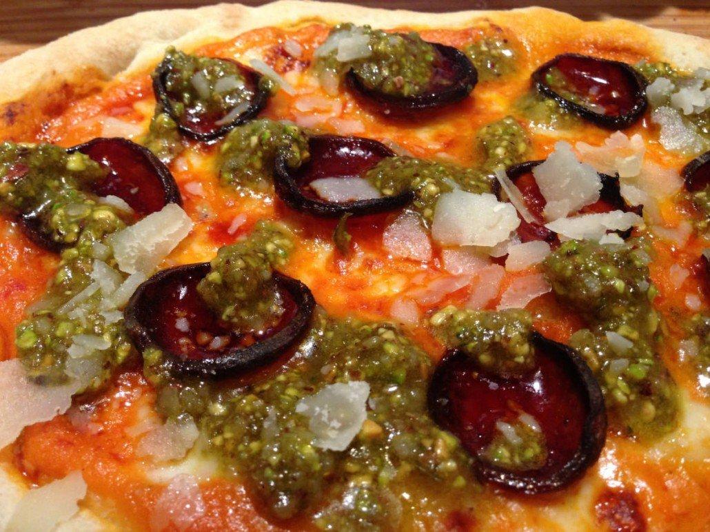 Pizza de chorizo y pesto de guindillas