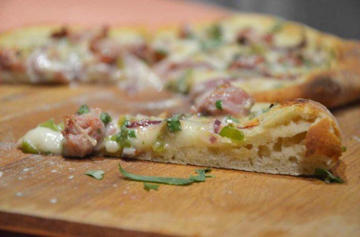 Pizza de salchicha y cilantro